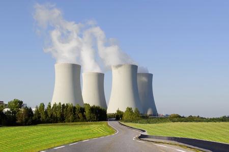 Schilderachtige natuur landschap met kerncentrale.