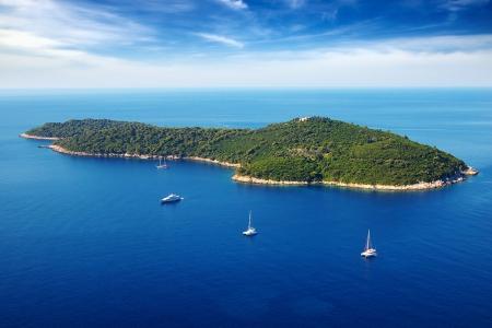 Pintoresco paisaje marino con el crucero de yates de Dubrovnik, Croacia Foto de archivo - 13639594