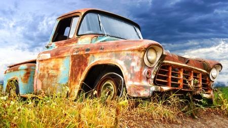 oxidado: Pintoresco paisaje rural, con el coche pasado de moda Foto de archivo