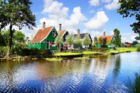 Pittoresk landschap met typisch Nederlandse huizen.
