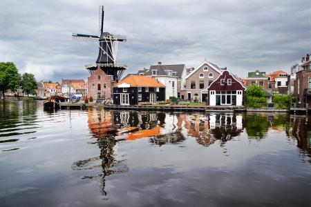 Schilderachtig landschap met windmolen. Haarlem, Nederland