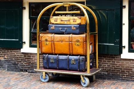 Een paar uitstekende koffers op een trolley Stockfoto