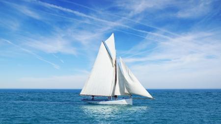 bateau voile: Seascape avec le voilier le fond du ciel bleu