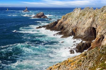 pointe: Lighthouse on Cape Sizun, Pointe du Raz. Brittany, France Stock Photo