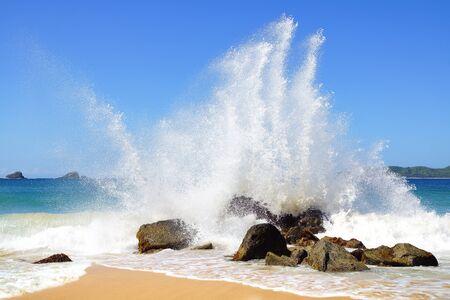 granola: Gran ola se estrella en la costa. Nacpan Beach. El Nido