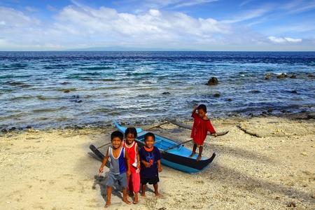 apo: Kids near the fishermans boat. Apo island, Philippines