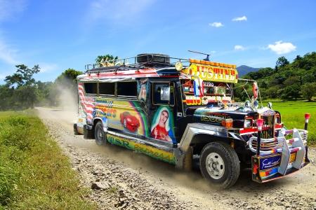 Jeepney op een landelijke weg. Bohol Island, Filippijnen