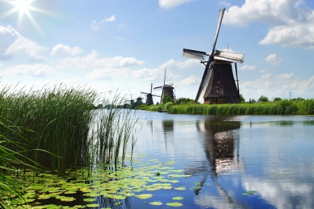 Schilderachtig landelijk landschap met de windmolens. Nederland