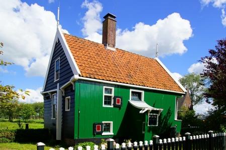 molino de agua: Pintoresco paisaje rural con casas t?picas holandesas.