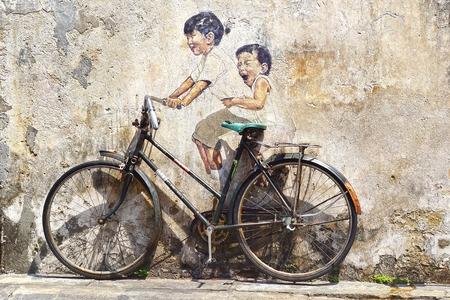 Georgetown, Maleisië - 19 januari 2014 Kleine Kinderen op een Fiets Muurschildering door Litouwse kunstenaar Ernest Zacharevic Sindsdien hebben vele meer muurschilderingen zijn een van de belangrijkste toeristische attracties Redactioneel