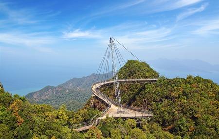 歩行者の斜張橋ランカウイ、マレーシアの湾曲 写真素材