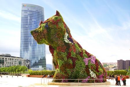 Puppy in de voorkant van het Guggenheim Museum in Bilbao, Spanje