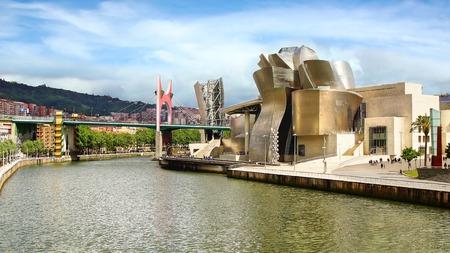 빌바오의 건축가 프랭크 게리 (Frank Gehry), 바스크, 스페인에 의해 설계된 구겐하임 미술관 에디토리얼