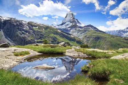 Piękny krajobraz górski z jeziorem Stellisee. Szwajcaria.
