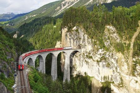 65 mètres Viaduc Landwasser haute avec le train à Filisur, Suisse