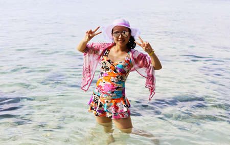 Asia young woman playing sand and sea in holiday  weekend. 免版税图像