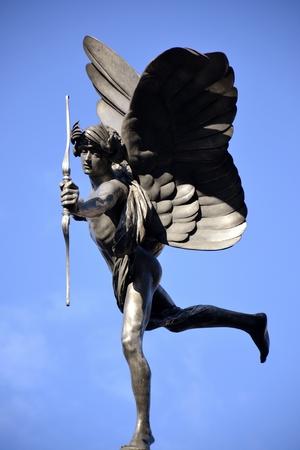 eros: Eros statua e cielo blu Archivio Fotografico