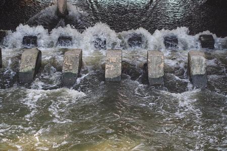 luxacion: El flujo turbulento de agua pasan un vertedero después de la lluvia