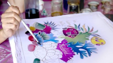 Penseel schilderen van batik graphics in Thailand