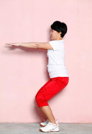 squats: Woman doing squats