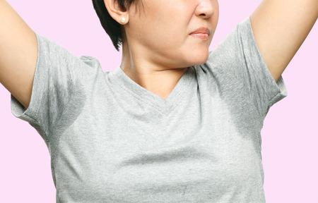 mujer con reblandecer muy gravemente bajo el axila