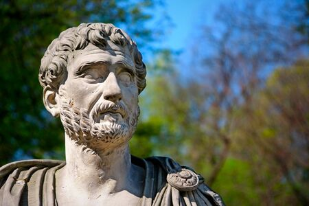 escultura romana: Retrato de Adriano - Busto de emperador romano