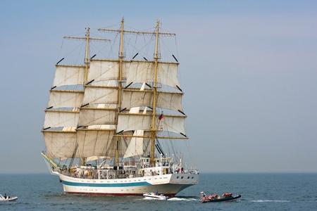 Tall statku STS MIR na otwartym morzu podczas dużych zbiorników kultury 2011 Tall statków Regatta.20, tuzin mniejszych łodzi, 1000 uczestników.Września 05,2011 w Gdyni Publikacyjne