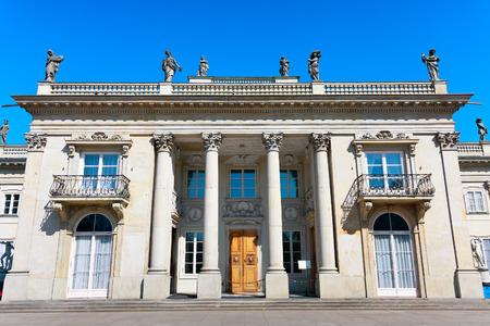 neocl�sico: Palacio neocl�sico en el agua en Varsovia Editorial