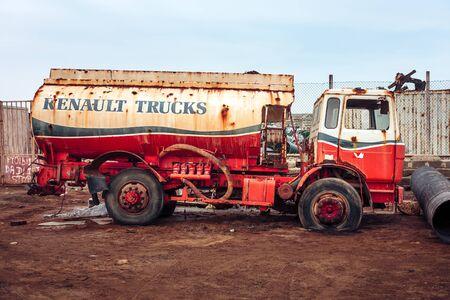 aljibe: Oxidado camión cisterna Renault desperdicia en el montón de chatarra