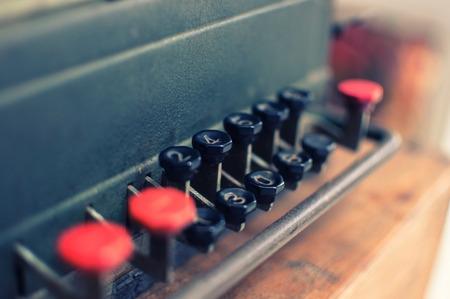 telegrama: viejo telegrama en mesa de madera Foto de archivo