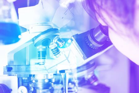 Scientifique vérifier avec microscope
