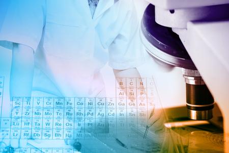 in vitro: Científicos y experimentos científicos para conocer la ciencia médica o la unidad científica. Los colores y el equipamiento científico son los microscopios. Foto de archivo