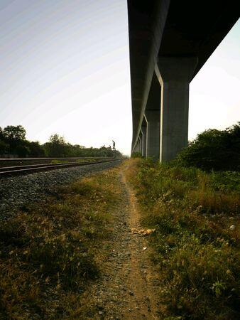 walking alone: Caminando solo