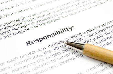 responsabilidad con bolígrafo de madera Foto de archivo