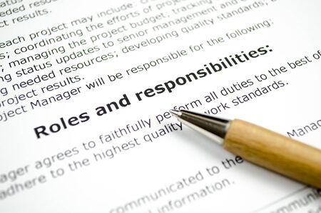 Funciones y responsabilidades con bolígrafo de madera