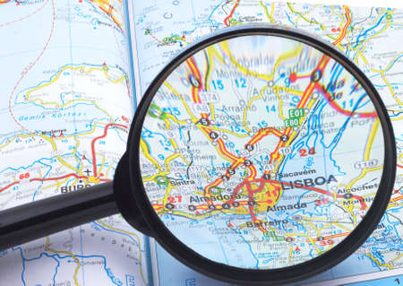Magnifying glass over the map, focusing on Lisboa.