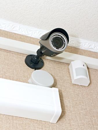 CCTV-camera en een sensor op de muur van het kantoor