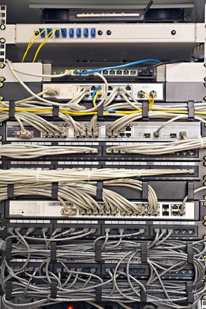 Patch Panel-server rack met koorden in verschillende kleuren Stockfoto
