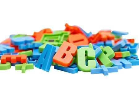 자석에 다채로운 알파벳 문자