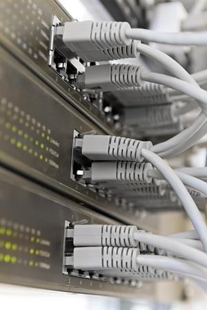 Patch Panel server rack met grijze kabels op de achtergrond