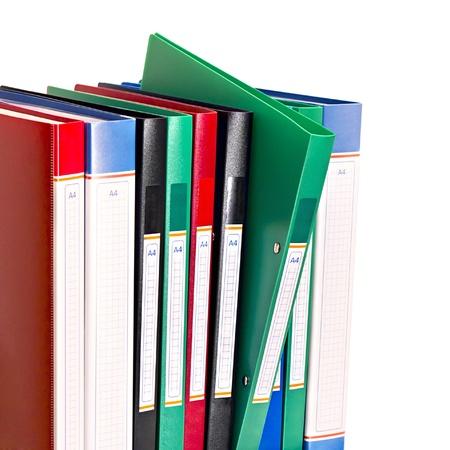 kantoordocumenten mappen staan in een rij geà ¯ soleerd op witte achtergrond Stockfoto
