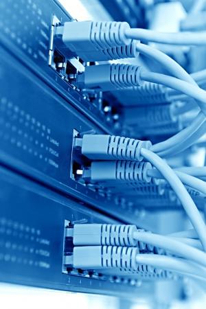 Patch Panel server rack met touwen op de achtergrond, blauwe tint Stockfoto