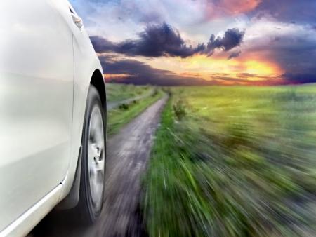 Gezicht op de voorzijde van een zilveren auto tijdens het rijden snel Stockfoto
