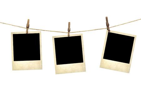 빨랫줄에 매달려 오래 된 스타일 사진은 흰색 배경에 고립