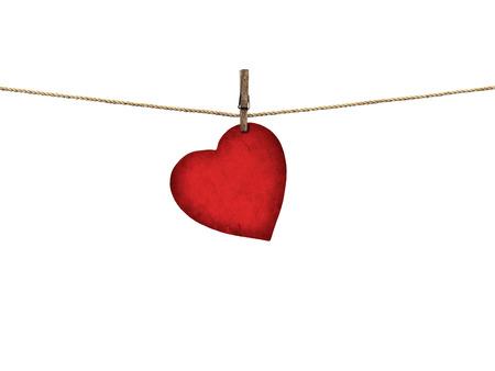 Valentijn kaart hartvormige van oud rood papier opknoping op een waslijn op een witte achtergrond Stockfoto