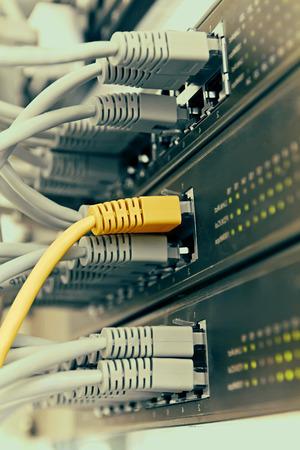 Patch Panel Server-Rack mit grauen Kabel im Hintergrund Standard-Bild - 25881791