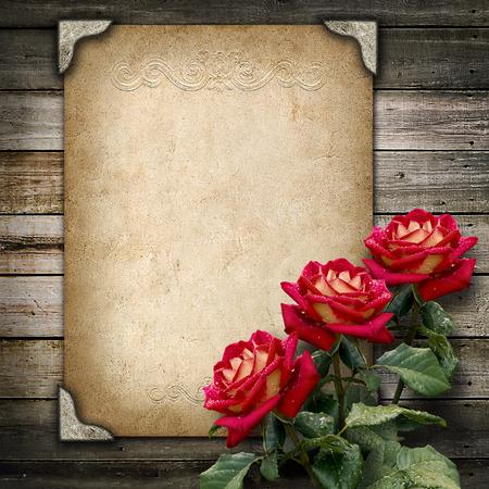 Oude vintage frame voor foto's en een boeket van rode rozen Stockfoto