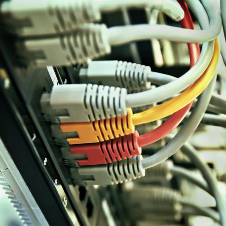 회색 노란색과 빨간색 코드와 패치 패널 서버 랙