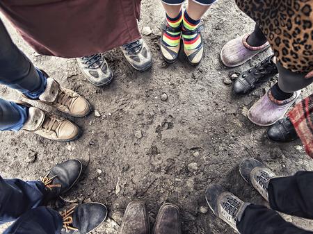 Füße von Menschen stehen in einem Kreis Standard-Bild