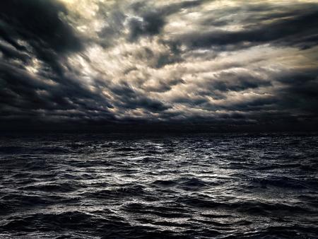 극적인 흐린 하늘이 어두운 폭풍우 치는 바다 스톡 콘텐츠